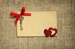 Carte de voeux avec le ruban rouge et une clé pour la Saint-Valentin Photo libre de droits