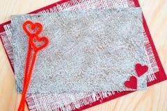 Carte de voeux avec le ruban rouge et une clé sur le fond de toile pour le jour du ` s de Valentine Images stock