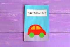 Carte de voeux avec le texte Father& heureux x27 ; jour de s Carte postale d'isolement sur le fond en bois pourpre Photos libres de droits