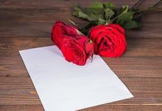 Carte de voeux avec trois roses rouges Photo stock