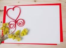 Carte de voeux avec un coeur rouge et espace pour le Ba des textes Photographie stock libre de droits