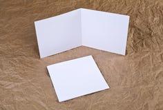 Carte de voeux blanche vierge à un fond de papier froissé Photos stock