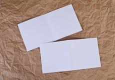 Carte de voeux blanche vierge à un fond de papier froissé Photographie stock