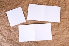 Carte de voeux blanche vierge à un fond de papier froissé Images libres de droits