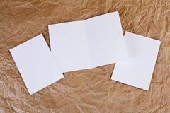 Carte de voeux blanche vierge à un fond de papier froissé Photos libres de droits