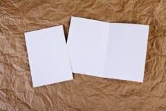 Carte de voeux blanche vierge à un fond de papier froissé Photo stock
