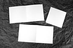 Carte de voeux blanche vierge à un fond de papier froissé Image stock