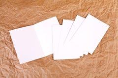 Carte de voeux blanche vierge à un fond de papier froissé Images stock