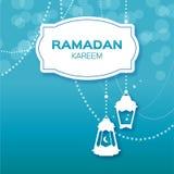 Carte de voeux bleue de célébration de Ramadan Kareem Lampes, étoiles et croissant de lune arabes accrochants Images stock