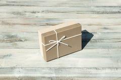 Carte de voeux Boîte-cadeau d'anniversaire avec l'arc blanc de ruban Presente image libre de droits