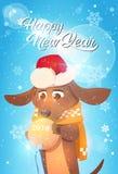 Carte de voeux de bonne année avec le chien en boule de Santa Hat Holding Christmas Golden Image libre de droits
