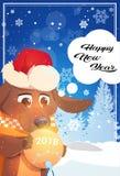 Carte de voeux de bonne année avec le chien en Santa Hat Holding Christmas Ball au-dessus de l'hiver Forest Landscape Photos libres de droits