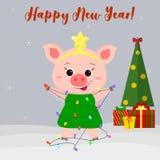 Carte de voeux de bonne année et de Joyeux Noël Porc mignon dans un costume de l'arbre de Noël Arbre, cadeaux et flocons de neige illustration libre de droits