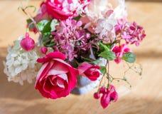 Carte de voeux, bouquet des roses antiques, hortensias, fuchsia Dans le style de vintage, modifiant la tonalité dans pâle - tons  Photos stock