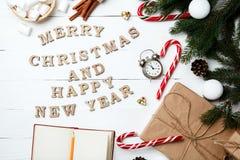 Carte de voeux de composition en Noël pendant la nouvelle année préparant le holid Photos stock