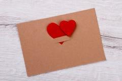 Carte de voeux décorée des coeurs Photo stock
