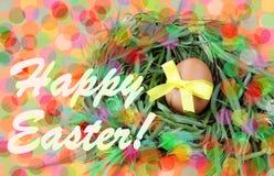 Carte de voeux décorée fabriquée à la main de Pâques : l'oeuf jaune avec le ruban de dentelle dans des brindilles d'herbe verte n Images libres de droits