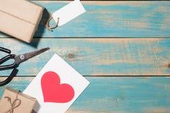 Carte de voeux d'amour au-dessus de fond en bois Vue supérieure avec le PS de copie Photo libre de droits