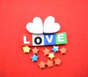 Carte de voeux d'amour de jour de valentines d'isolement sur le rouge Image stock
