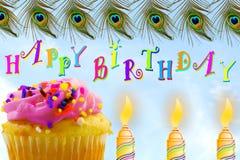Carte de voeux d'anniversaire avec le petit gâteau et la bougie à l'arrière-plan de ciel Image libre de droits