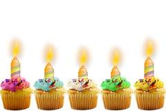 Carte de voeux d'anniversaire avec le petit gâteau et la bougie Image libre de droits