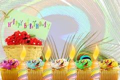 Carte de voeux d'anniversaire avec le petit gâteau et la bougie Images libres de droits