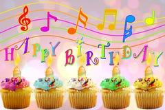 Carte de voeux d'anniversaire avec le petit gâteau et la bougie Photo stock