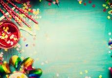 Carte de voeux d'anniversaire de turquoise avec la décoration Fond d'anniversaire, vue supérieure Photographie stock libre de droits
