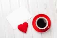 Carte de voeux de blanc de jour de valentines, tasse de café et en forme de coeur Photographie stock