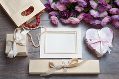 Carte de voeux de cadre ou de photo de jour de valentines et coeurs faits main au-dessus de table en bois Photo stock