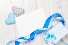 Carte de voeux de cadre ou de photo et jouet handmaded de jour de valentines il Photos stock