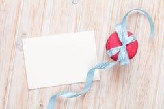 Carte de voeux de cadre ou de photo et macarons avec le ruban Photos stock