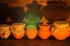 Carte de voeux de concept de Halloween des pots d'argile avec mystique vert Photographie stock libre de droits