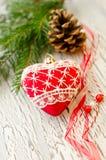 Carte de voeux de decoraion de Noël avec le coeur et le cône rouges Photo libre de droits