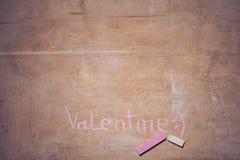 Carte de voeux de jour de valentines avec des lettres de craie sur le backgr en bois Image stock