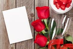 Carte de voeux de jour de valentines, boîte-cadeau et roses rouges Images libres de droits