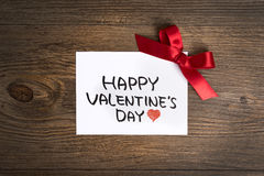 Carte de voeux de jour de valentines et petit cadeau, décoration de coeur au-dessus de fond en bois Salutations du `s de Valentin Photos stock