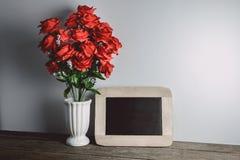 Carte de voeux de jour de Valentines Fleurs et tableau de rose de rouge dessus Photographie stock libre de droits