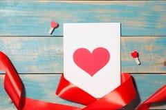 Carte de voeux de jour du ` s de Valentine au-dessus de fond en bois Vue supérieure W Photos libres de droits
