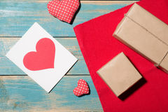 Carte de voeux de jour du ` s de Valentine au-dessus de fond en bois Vue supérieure W Photo libre de droits