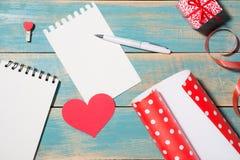 Carte de voeux de jour du ` s de Valentine au-dessus de fond en bois Vue supérieure W Photographie stock libre de droits