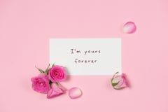 Carte de voeux de jour du ` s de Valentine avec les fleurs roses au-dessus du dos en bois Photo libre de droits