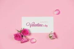 Carte de voeux de jour du ` s de Valentine avec les fleurs roses au-dessus du dos en bois Images stock
