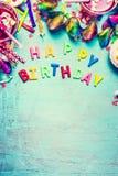 Carte de voeux de joyeux anniversaire avec des outils, des boissons et des confettis de partie sur le fond chic minable de turquo Photos libres de droits