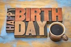 Carte de voeux de joyeux anniversaire dans le type en bois Images stock