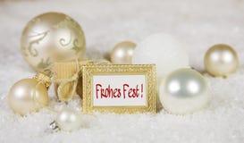Carte de voeux de Joyeux Noël avec le texte allemand et le blanc, d'or Photographie stock libre de droits