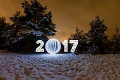 Carte de voeux de la nouvelle année 2017 avec la forêt de nuit Images stock
