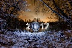 Carte de voeux de la nouvelle année 2017 avec la forêt de nuit Images libres de droits