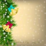 Carte de voeux de Noël avec des brindilles et des tintements du carillon de sapin Photographie stock