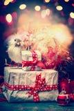 Carte de voeux de Noël avec les boîte-cadeau faits main attachés avec un ruban, un oiseau, une décoration de vacances d'éclat et  Photographie stock libre de droits